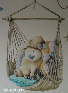 muurschildering babykamer hangstoel knuffel beer