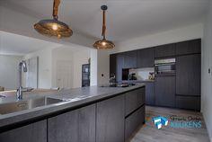 Sherwood zwarte keuken. eiken structuur ook de binnenkant van de kasten in het zwart. composiet aanrechtblad. beton look.