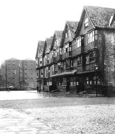Llandoger Trow, Bristol - early 1930s. Daniel Defoe met Alexander Selkirk here.