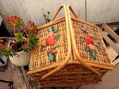 Precioso cesto de mimbre perfecto para picnic o decoración antiguo con flores de VintageNiceShop en Etsy