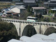「幻の五新鉄道」こと阪本線の路盤を活用したバス専用道が9月30日限りで閉鎖されることになった。写真は専用道を走る奈良交通のバス。