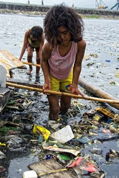 View On Black and in Large These girls were trying to push their boat to the land. But first they have to maneuver through floating 'mines' – the garbage. This is the life of the children in Baseco community. We Are The World, Our World, People Around The World, Around The Worlds, Poor Children, Save The Children, Philippines, Slums, Beautiful Children