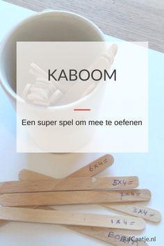 KABOOM! Een super spel om mee te oefenen Kaboom, of op z'n Nederlands Boem, is een van mijn favoriete spellen. Je kunt het gebruiken voor het oefenen van tafels, sommen tot tot 20, maar bijvoorbeeld ook voor woordenschat. Het is simpel om te maken en het spel verloopt snel. Wat is het? Voor het spel heb je een aantal ijsstokjes nodig en een bekertje. Op de ijsstokjes schrijf je de feiten die geoefend moeten worden, bijvoorbeeld de sommen van de tafel van drie. Op twee of drie extra stokjes…