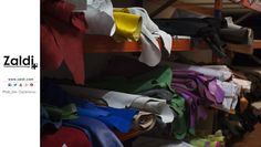 Buenos días #FelizLunes, empezamos esta semana centrándonos en el color. En esta fotografía de Mer Castellanos vemos el colorido de los distintos cueros y ante. Vamos a darle color a la vida. ¡Feliz Semana para todos!  ——  Good morning!!! we start this week focusing on the color. In this photograph of Mer Castellanos we see the color of the different leathers and suede. Let's give color to life. Happy week for everybody!  In Zaldi Saddles factory.  ——  ⏩. http://zaldi.com/fabrica/