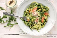 Yes, het is lente, tijd voor lichte gerechten. Deze courgette spaghetti met avocado en zalm is een heerlijke maaltijd in het voorjaar of de zomer. Pasta...