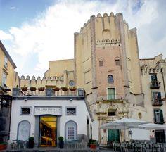La Pizzeria nel cuore di Napoli, in Piazza San Domenico Maggiore, storica e suggestiva location. #pizzeria #PalazzoPetrucci #tasty