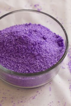 Homemade bath salts that make a great gift with only two easy ingredients ( No lavender petals required).