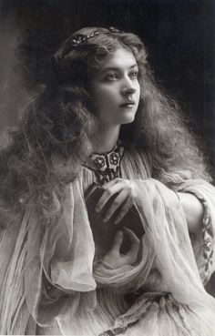 L'ancienne cour — Miss Maud Fealy
