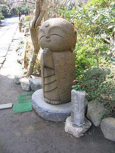 Jizo Bosatsu - I so want one! Jizō existe dans l'ensemble des pays qui pratiquent le bouddhisme. Mais au Japon, il a un rôle légèrement différent et plus spécifique. Il est le protecteur des enfants morts. Et étant donné la place primordiale qu'occupe l'enfant dans la culture japonaise, Jizō est l'une des figures les plus aimées et vénérées du pays.