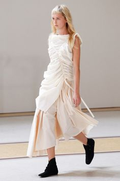 Lemaire Spring 2017 Ready-to-Wear Fashion Show Collection: See the complete Lemaire Spring 2017 Ready-to-Wear collection. Look 23 Fashion Week, Runway Fashion, High Fashion, Fashion Show, Fashion Outfits, Womens Fashion, Fashion Trends, Fashion Details, Fashion Design