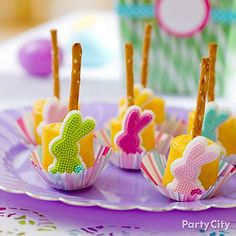 Sweet + salty = a hoppin' new Easter treat!  Combine marshmallows and pretzels to make these pretty pops.
