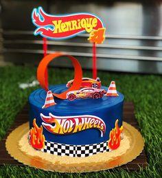 Hot Wheels Party, Bolo Hot Wheels, Hot Wheels Cake, Hot Wheels Birthday, Car Themed Parties, Cars Birthday Parties, Hot Wheels Kuchen, Torta Blaze, 4th Birthday Cakes