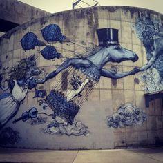 A arte de rua pode inspirar grandes vitrines. O Consultório do Varejo criou este painel para ajudar você a encontrar a inspiração. www.consultoriodovarejo.com.br #varejo #vitrine #visualmerchandising #treinamentovarejo Alice in Wonderland inspired street art