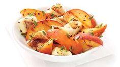 Salade pêche grillées et fromage grillé, avec thym frais, portion égales d'huile olive et jus de citron, un peu de miel ou, par chez nous, sirop d'érable. On peut mettre du basilic frais au lieu du thym!