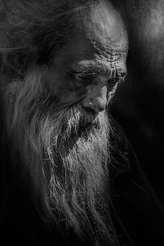 Check out this awesome black and white portrait photography Portrait Male, Old Man Portrait, Black And White Portraits, Black And White Photography, People Photography, Portrait Photography, Photography Trips, Old Faces, Interesting Faces