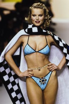 Chanel Spring 1995 Ready-to-Wear Fashion Show - Vogue Hollywood Fashion, 90s Fashion, Runway Fashion, Fashion Models, Fashion Show, Vintage Fashion, Sexy Bikini, Bikini Modells, Bikini Girls