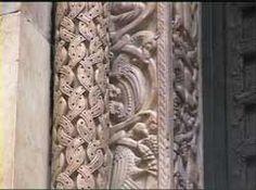 San Lorenzo a Genova. Le coppie di colonne esterne sono ricoperte da un reticolo di nastri intrecciati all'interno dei quali si dispongono aquile e, nella coppia esterna, animali ed uomini in vari atteggiamenti.