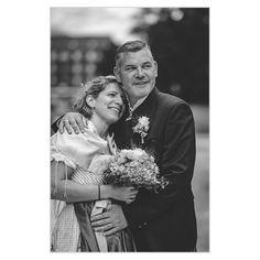 In all meinen Hochzeitsreportagen sind auch Schwarz-Weiss-Bilder enthalten. 🌈 Einerseits kommen sie bei den Kunden extrem gut an, andererseits haben solche Ausarbeitungen einfach einen besonderen Touch – wie ich finde.🌻 . ❓ Wenn Ihr so eine Hochzeitsreportage haben möchtet, auf was legt Ihr den besonderen Wert? Couple Photos, Couples, Photography, Second Year Anniversary, Black And White Pictures, Legends, Monochrome, Simple, Couple Shots
