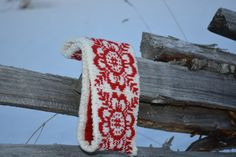 A greatlooking Headband for those cold days, lovely traditional Norwegian pattern, The Norwegian Rose. Fair Isle Knitting Patterns, Fair Isle Pattern, Crochet Patterns, Knit Headband Pattern, Knitted Headband, Knitted Hats, Norwegian Knitting, Bandeau, Free Knitting