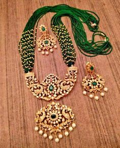 An exclusive set for you to wear at ceremonies. Fancy Jewellery, Temple Jewellery, Gold Fashion, Fashion Jewelry, Traditional Earrings, Pearl Set, Indian Jewelry, Party Wear, Earring Set