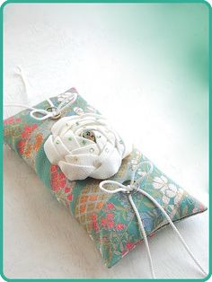 和風リングピロー/Japanese-style ring pillow decorated with flowers made of white crepe