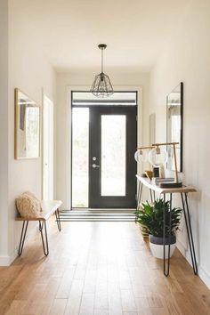 aménagement hall d'entrée maison avec so en PVC petit banc et table haute de la meme matière