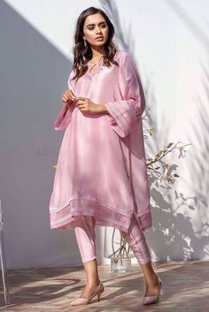 Beautiful Pakistani Dresses, Pakistani Formal Dresses, Pakistani Fashion Casual, Pakistani Dress Design, Pakistani Outfits, Indian Outfits, Stylish Dresses For Girls, Stylish Dress Designs, Designs For Dresses