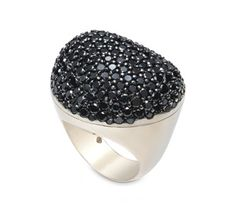 Anel de Ouro Nobre 18K com diamantes negros - Coleção Pedras Roladas Link:http://www.hstern.com.br/joias/p-produto/A1B190254/anel/pedras-roladas/anel-de-ouro-nobre-18k-com-diamantes-negros---colecao-pedras-roladas