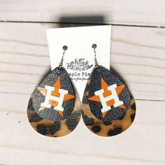 Diy Leather Earrings, Custom Earrings, Diy Earrings, Wire Wrapping Crystals, Holiday Market, Crickets, Leather Products, Leather Crafts, Cross Earrings