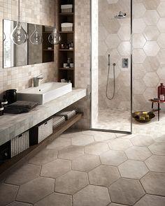 Badkamer met hexagonenmet landelijke uitstraling, gecombineerd met bijpassend mozaïek (41) Tegelhuys