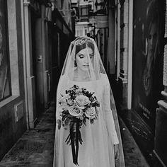 Nos gustan mucho las novias veladas, y estas fotos de @yonotepidolaluna_  de nuestra novia Laura son tan bonitas!! 💕💕 . Maquillaje y peluquería @lola_y_lluch Ramo @susana__sanchez --------------------------------------------#bridalaccessories #accesories #corona #headpiece #barcelona #tocadosmalaga #tocadossevilla #tocadosbarcelona #malaga #bridalaccessories #tocadosmadrid #noviasdiferentes #noviasconestilo #tenerife #diseñadorescanarios #Inspiration #inspiration #novia #bride…