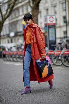 Was für ein schönes Outfit in Knallfarben: Roter Mantel + Orangefarbener Rolli + Jeans! Wir zeigen euch noch mehr Trendfarben! #fashionweek #streetstyle #colour #fashion #trends credit: imaxtree