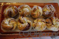 Κάνελ μπούλαρ (kanelbullar) - Cooklos.gr Doughnut, Desserts, Food, Tailgate Desserts, Deserts, Essen, Postres, Meals, Dessert