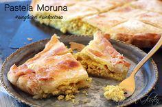 Pastela Moruna #singluten #sinlactosa La pastela es un plato típico de la gastronomía árabe, es un hojaldre de masa filo rellena a base de cebolla, pollo, pasas, piñones y almendras. Es un plato dulce y salado con un toque de canela. La masa filo es una masa formada por hojas muy delgadas y finas, en este caso como en la actualidad creo que no existe sin gluten y además es bastante difícil de hacer, hemos usado masa de hojaldre de Schär Millefoglie, que sale igual de rica.