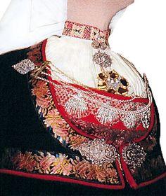 Skjælestakk fra Tinn - Sando.no Folk, Costumes, Traditional, Detail, Beautiful, Popular, Dress Up Clothes, Fancy Dress, Forks