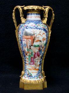 Vaso Companhia das Índias família rosa, século XVIII com montagem em bronze françês ormolu, na parte superior, possui fio de cabelo, 26cm
