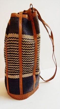 Leather and Rattan Woven Duffle Bag. Why can't this be done with a hand-crochet bag and leather strips? Bolo Hippie, Diy Tricot Crochet, Mode Style, Vintage Leather, Handmade Leather, Vintage Bag, Beautiful Bags, Fashion Bags, Fashion Models