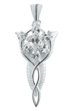 Il bellissimo pendente deve il suo nome dalla splendente evenstar, donato da Arwen al suo amore Aragorn, per il quale lei rinuncia alla propria immortalità. È lungo circa 4,4 cm. Il simbolo dell'amore immortale è un pezzo di gioielleria di incredibile bellezza. La stella è composta da sette gemme, cristalli, che riflettono la luce. In argento Sterling 925 e cristalli.