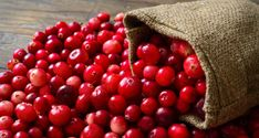 Cranberry is a shiny, scarlet red-colored fruit. The benefits of cranberry juice are more to the human body. It contains a high amount of antioxidants and nutrients. Cranberry Health Benefits, Renal Diet Food List, Ketogenic Diet, Foods Good For Kidneys, Benefits Of Berries, Benefits Of Cranberries, Kidney Recipes, Micro Nutrients, Bowl Of Cereal