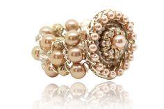 Admirez ce bracelet  fantaisie que vous ne pourrez que trouver magnifique. Sur une base élastiquée  de rangées de perles  colorées. Un bracelet hyper élégant et glamour.