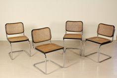Gruppo di quattro sedie; tubolare in metallo cromato; telaio in legno laccato con paglia di Vienna. Buone condizioni, presentano piccoli segni di usura.