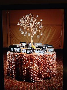 Wedding Memory Table #jdentertainment.net #michiganwedding #weddingideas
