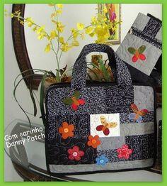 Bolsa com aplicação e quilt livre, possui estojo para carregar acessórios. As cores podem variar de acordo com o gosto do cliente. Fechamento com zipper. R$ 164,39