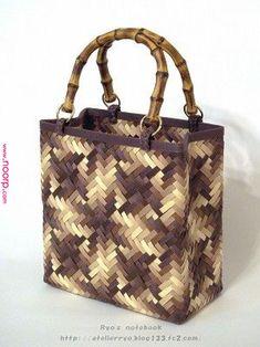 54 Ideas Basket Bag Bamboo For 2019 Flax Weaving, Bamboo Weaving, Paper Weaving, Basket Weaving, Boho Bags, Craft Bags, Jute Bags, Basket Bag, Sisal