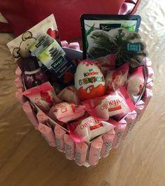 Selbst gebastelte Geschenkidee Sweet and simple idea for a gift box Birthday Rewards, Diy Birthday, Birthday Presents, Diy Gifts For Christmas, Birthday Gifts For Bestfriends, Diy Cadeau Noel, Inexpensive Gift, Diy Halloween, Homemade Gifts