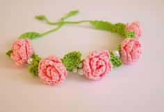 This Pin was discovered by Jud How to crochet Crochet Flower Headbands, Crochet Bows, Crochet Flower Patterns, Crochet Bunny, Knitted Headband, Cute Crochet, Crochet Motif, Crochet For Kids, Crochet Flowers