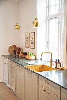 Boliggalleri: Villa i Aalborg med japansk tvist Gold Kitchen, Kitchen Dining, Kitchen Island, Kitchen Cabinets, Aalborg, Kitchen Stories, Scandinavian Interior Design, Updated Kitchen, Ikea Hacks