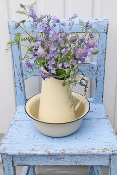 Ahhh so shabby chic.pale purple flowers on a blue chippy chair with a vintage enamelware pitcher and bowl. So Sweet! Casas Shabby Chic, Vintage Shabby Chic, Shabby Chic Homes, Shabby Chic Decor, Vintage Floral, Shabby Chic Porch, Shabby Chic Chairs, Rustic Chair, Vintage Beauty