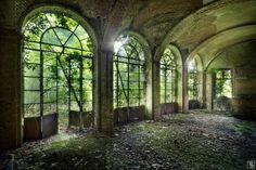 Deze fotograaf maakt de meest prachtige foto's van vervallen gebouwen