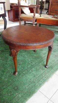 Tavolino rotondo chippendale,molto chic e particolare,in legno di noce. Lastronato in piuma di noce sul piano. Prezzo discount!! di LaTribuDellArte su Etsy